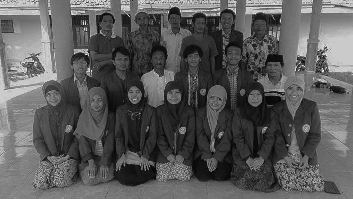 Tim ABDI Airlangga bersama tokoh Masyarakat Pulau Mandangin.